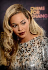 Η τραγουδίστρια Beyonce με ένα λουκ που πάντα τα θυμόμαστε, το ombre της με την ρίζα να είναι σκούρα ενώ ανοίγουν σταδιακά σε ξανθό.