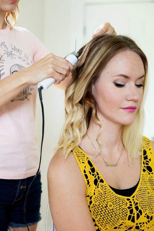 Βήμα 1: Ξεκινήστε με το σίδερο και κάντε τα μαλλιά σας μπούκλες.