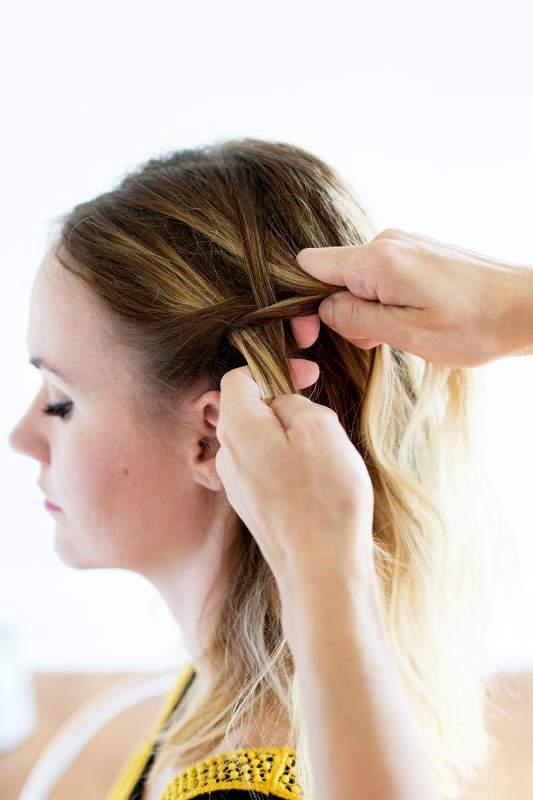 Βήμα 2: Συνεχίστε πλέκοντας μια fishtail braid, από την αριστερή πλευρά του κεφαλιού. Για την fishtail, θα πρέπει να ξεχωρίσετε 4 τούφες και να τις πλέξετε όπως φαίνεται στη φωτογραφία.