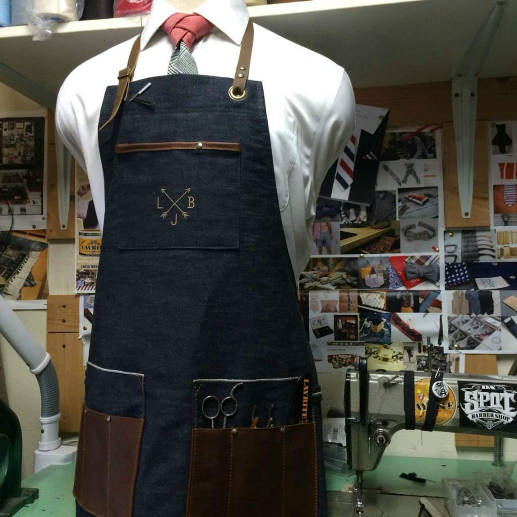 Denim & Leather Apron: Ποδιά μπαρμπέρη σε denim ύφασμα, το οποίο έχει τσέπες από γνήσιο δέρμα.
