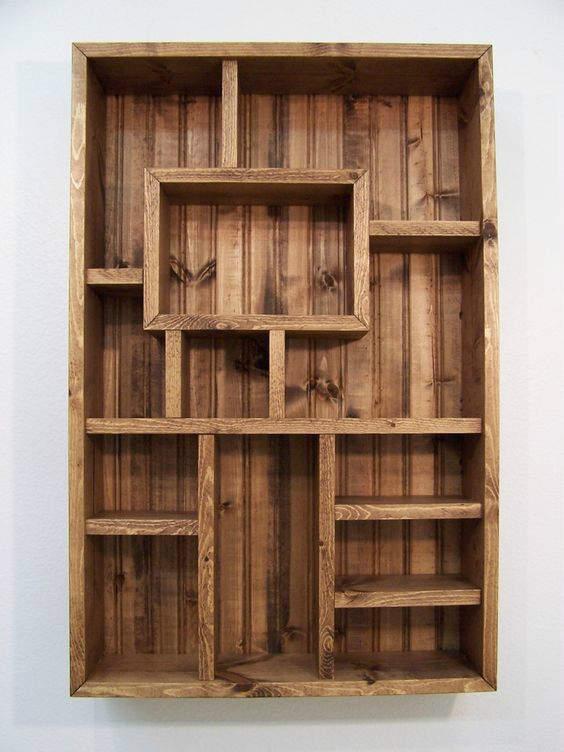 Αποθηκευτική ξύλινη βιβλιοθήκη για προϊόντα, περιοδικά ή και διακοσμητικά.