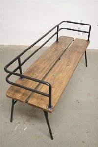 Urban Bench: Ξύλινο παγκάκι αναμονής με μεταλλικές λεπτομέρειες.