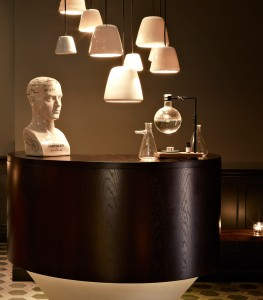 Classy Reception: Χώρος υποδοχής. Τα ξεχωριστά φωτιστικά δένουν απόλυτα με την προτομή και τα διακοσμητικά δοχεία.