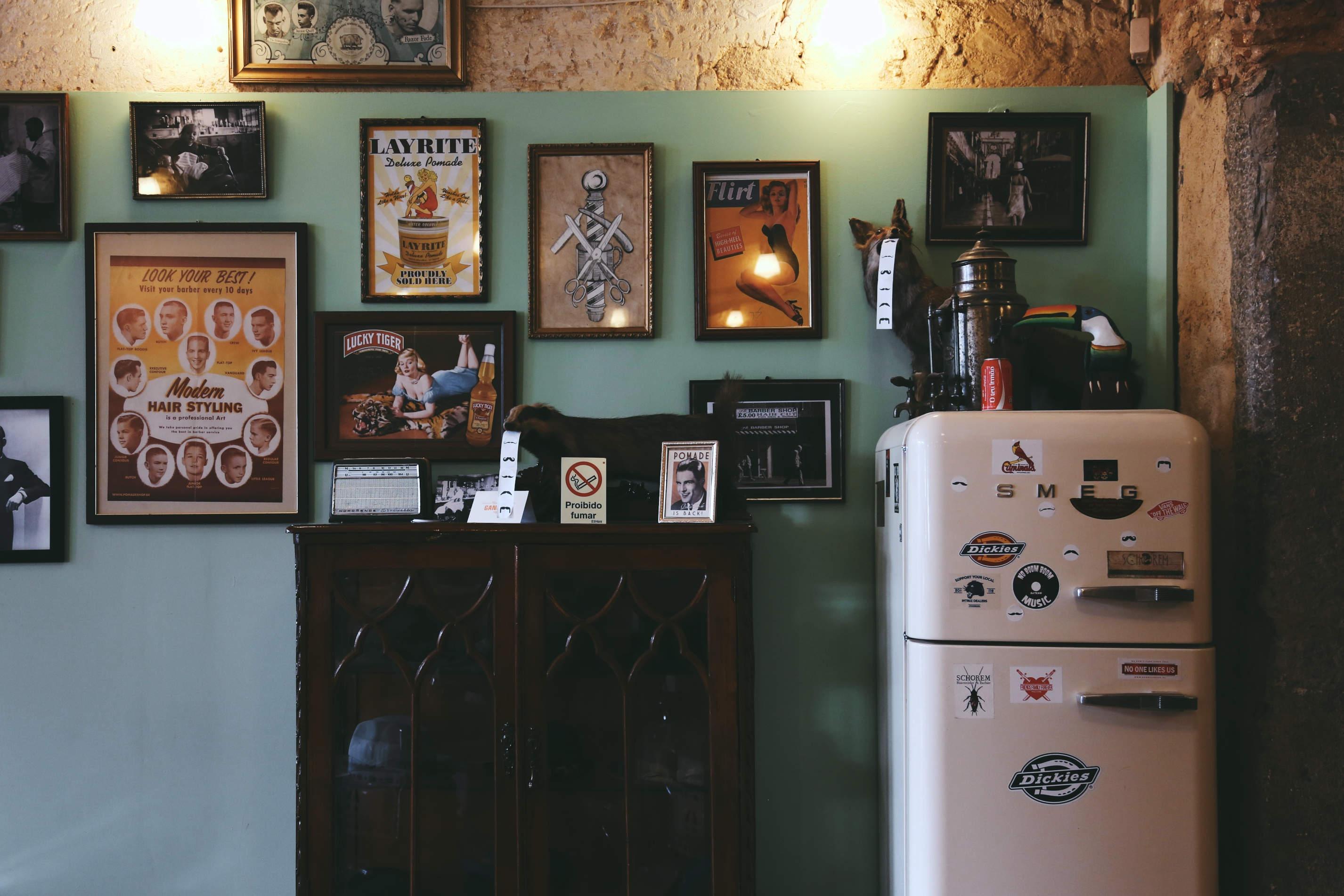 Industrial Looks: Μια ξεχωριστή γωνιά ενός μπαρμπέρικου. Παλιά, σχολικά ντουλάπια αποθήκευσης σε μαύρο χρώμα, δένουν με την αντίθεση των ξύλινων stand, τα οποία φέρουν διαφορετικά vintage διακοσμητικά.
