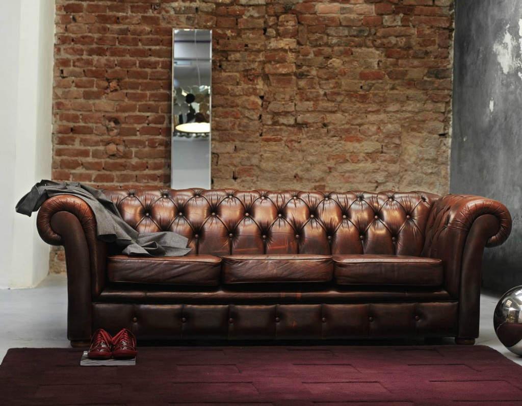 Old School Καναπές: Ο Old school καναπές, είναι πληθωρικός στην όψη και λαμπερός. Ιδανικός για να ταιριάξει σε ένα vintage μπαρμπεράδικο και να εντυπωσιάσει τους πελάτες σε αναμονή.